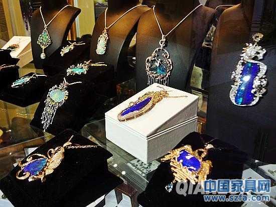 红毯席地,赤幅掩阶。今日,以奢华•经典•品味为主题,旨在帮助成功人士完成低调奢华的精英生活塑造,备受国内外媒体关注的2011北京国际顶级私人物品、高端生活展览会暨璀璨珠宝首饰展览会在中国国际贸易中心国贸展厅隆重登场,展会将从12月23日持续到26日,为期4天。本次展会由亚洲经贸发展促进中心、山东省珠宝玉石首饰行业协会、海名国际会展集团主办,北京海名汇博会展有限公司、青岛海名国际会展有限公司联手承办。 据悉,本届展会展出面积逾20,000平方米,近500家国内外顶级品牌和高端珠宝商
