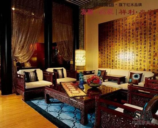 客厅红木沙发墙油画