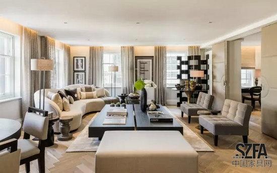 公寓中有大型的客厅,地毯,木地板以及衣帽间.