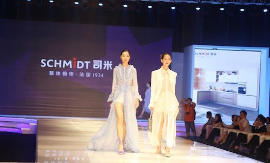模特服装由中国著名服装设计师齐斌先为司米橱柜3d镭射板
